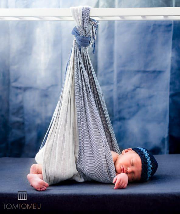 Baby foto hangend, baby shoot, baby fotografie, Tom Tomeij Fotografie