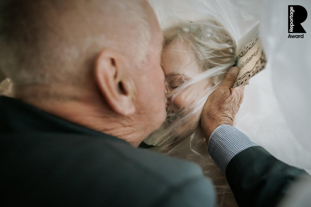 Award winning trouwfoto corona knuffelcondoom